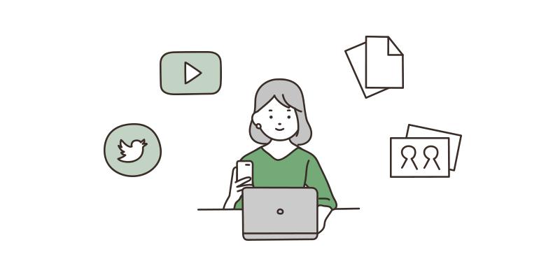 デジタルデータを整理する若い女性